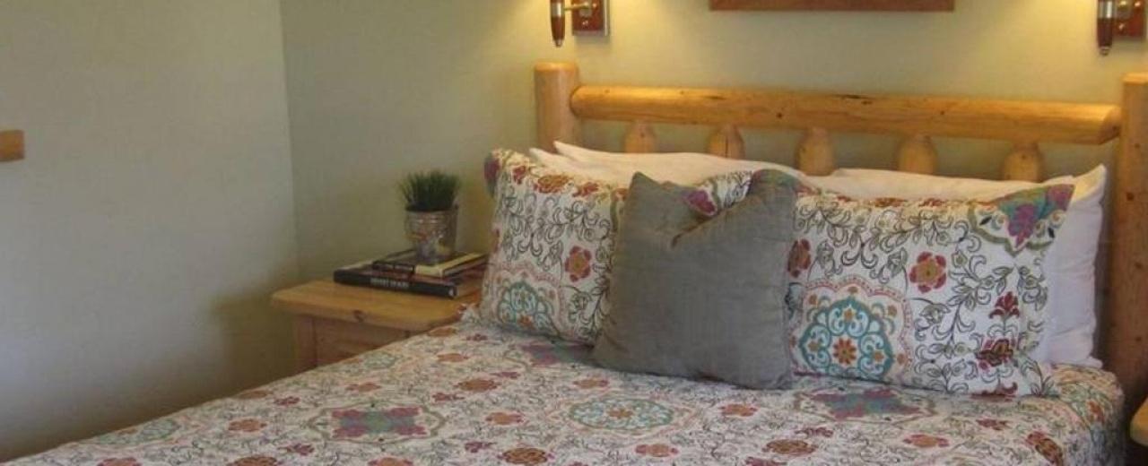 Deluxe one queen room Mt Gardner Inn